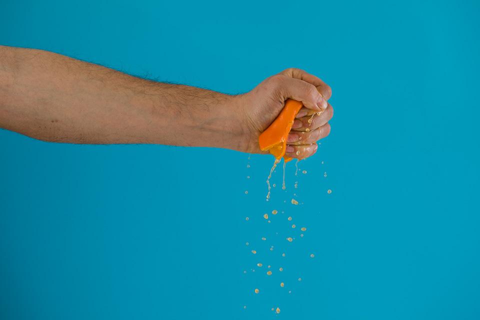 Istiskivanje soka iz mandarine